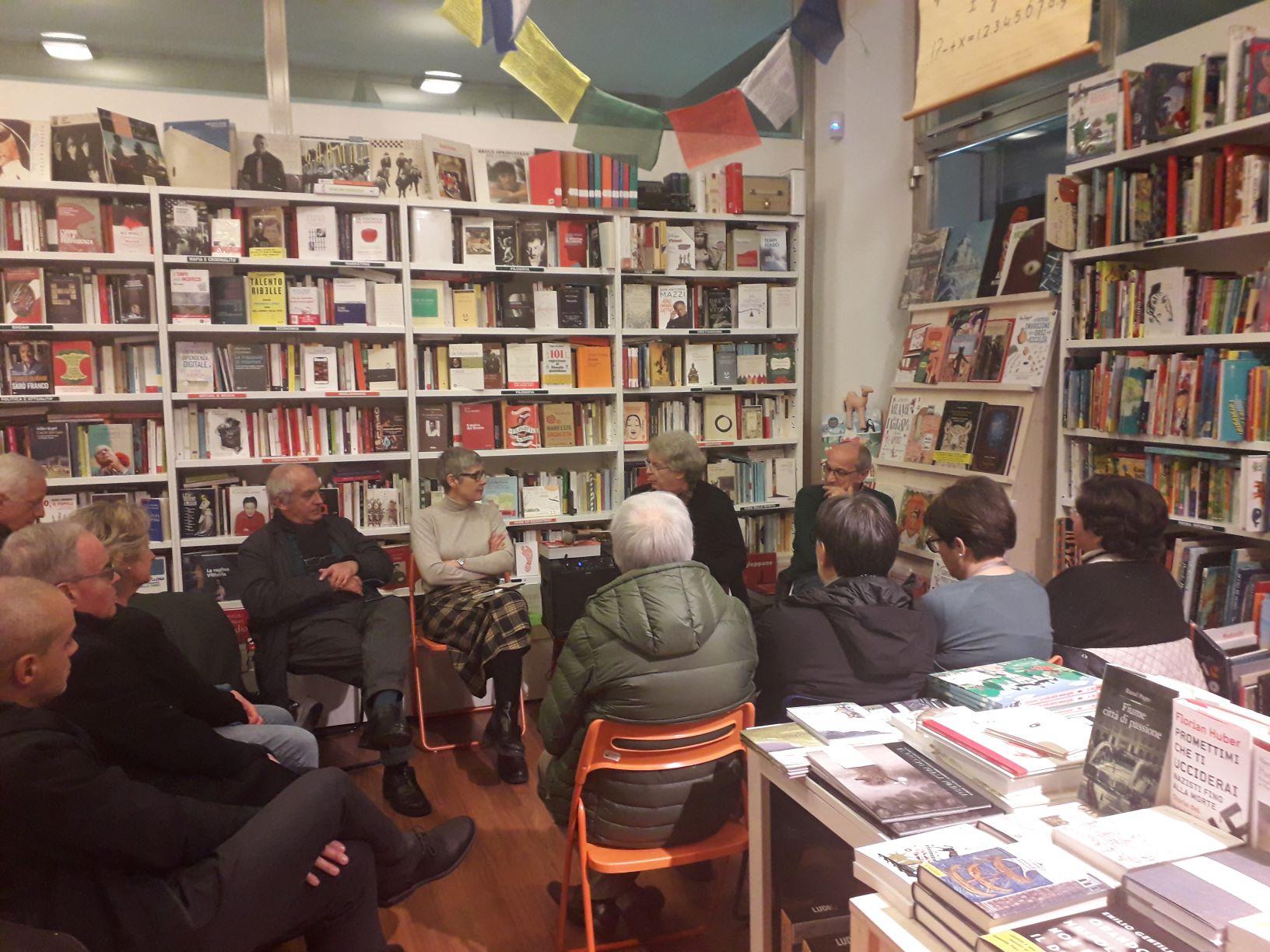 Un'immagine dell'incontro alla Libreria Arcadia di Rovereto