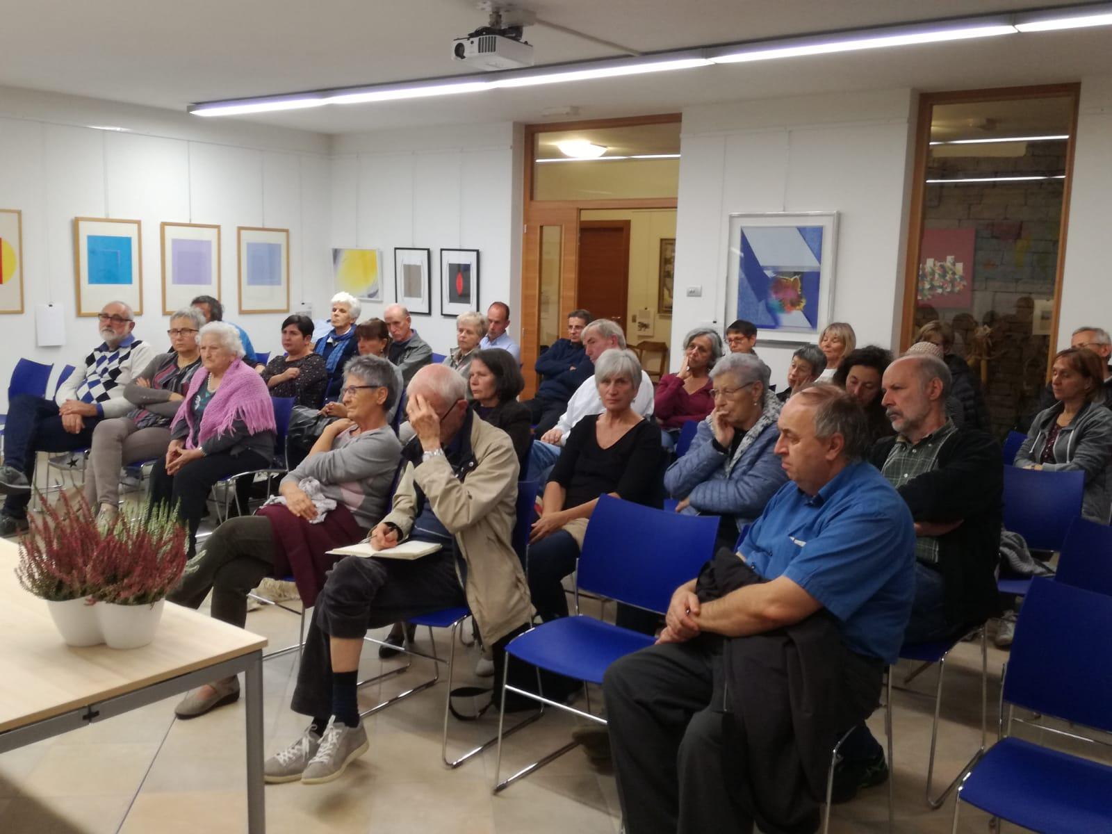 La sala della presentazione a Civezzano