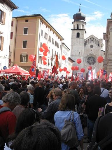 Un\'immagine della manifestazione per lo sciopero generale a Trento