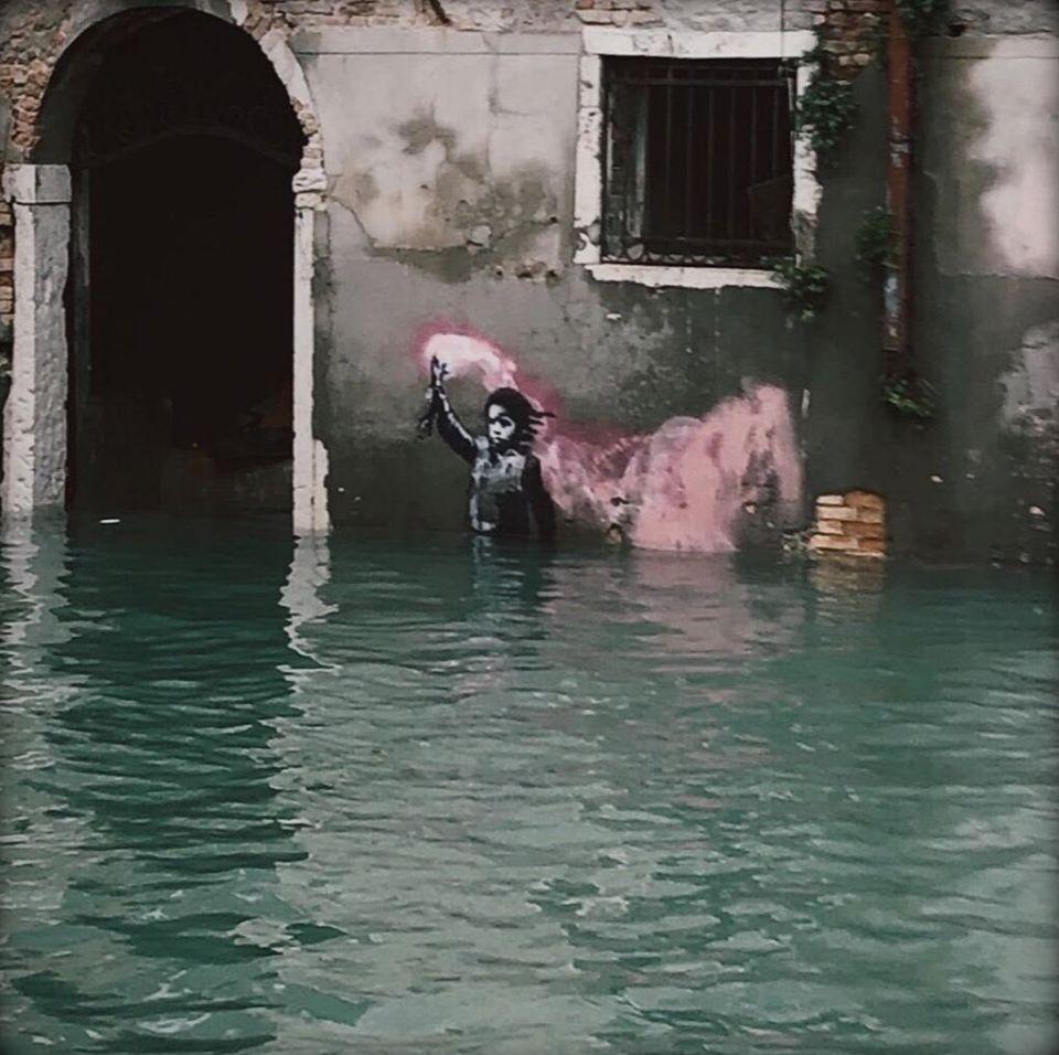 Venezia, acqua alta e graffiti