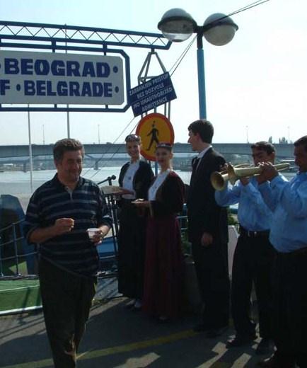 2002, l\'arrivo a Belgrado della nave di OB. In primo piano Mario Agostinelli