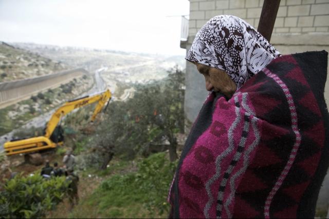 Beit Jala, le ruspe in azione per costruire il muro