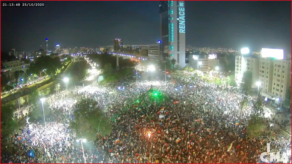 Plaza Dignidad colma per festeggiare il risultato. 'Rinasce' dice la scritta luminosa sul grattacielo.