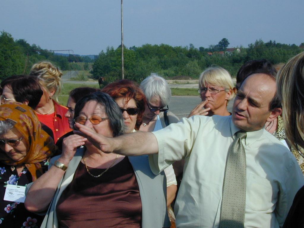 Mursel in una delle visite nei luoghi dove sorse il campo di Omerska
