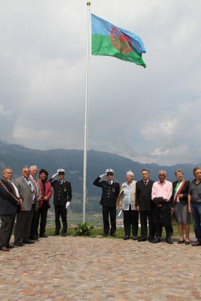 La bandiera dei sinti alla Campana dei caduti
