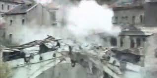 Il momento dell'abbattimento del vecchio ponte di Mostar