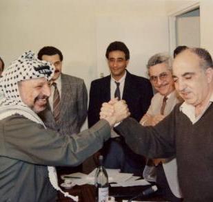 Un giovane Ali Rashid con Yasser Arafat