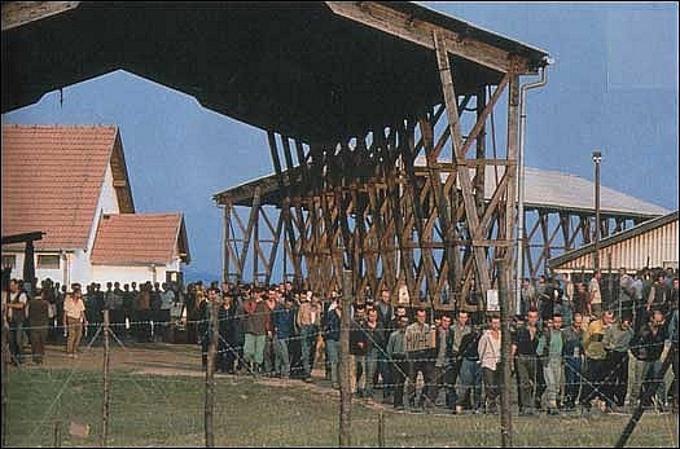 Un'immagine del campo di concentramento di Omarska nel 1992