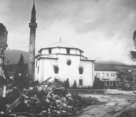 La moschea di Peja-Pec bruciata durante la guerra