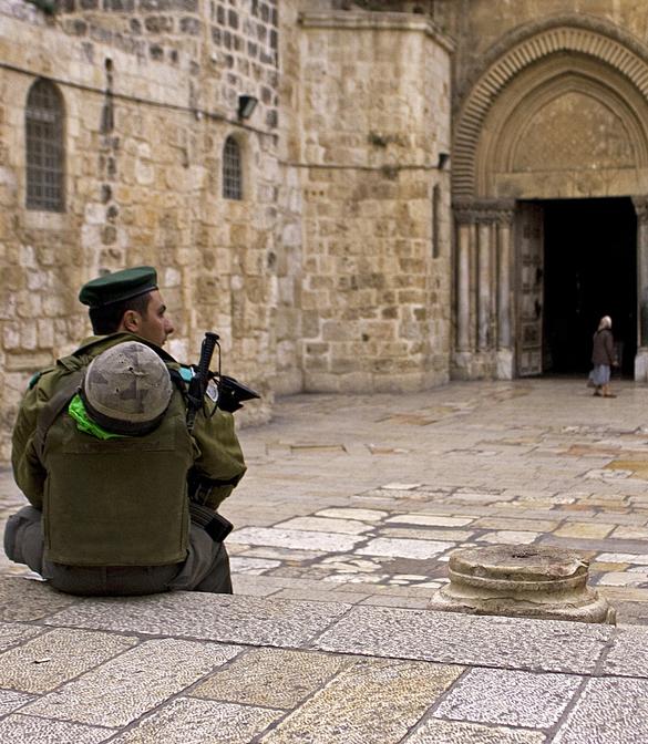 soldato davanti al Santo Sepolcro
