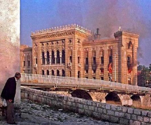 1992, la Biblioteca nazionale di Sarajevo in fiamme