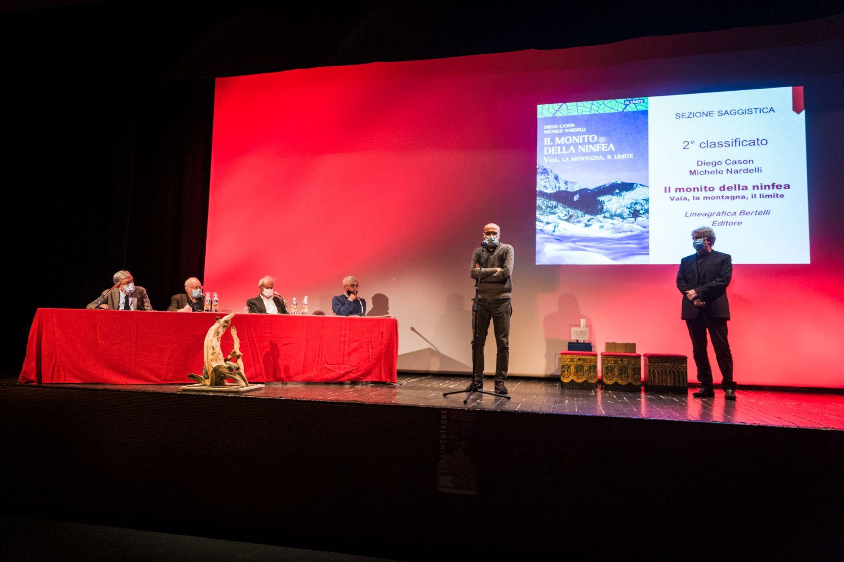 Un momento della premiazione al Teatro Candoni di Tolmezzo